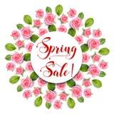 Wiosny sprzedaż podpisuje wewnątrz wokoło ramowego wianku robić różowe róże odizolowywać na bielu Obrazy Stock