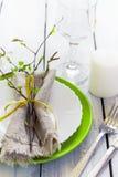 Wiosny Stołowy położenie przy białym drewnianym stołem z deskami Obraz Royalty Free