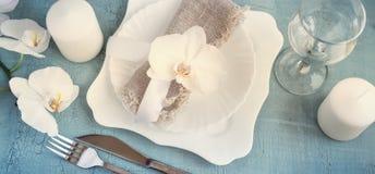 Wiosny stołowy położenie z storczykowymi dekoracjami, świeczki, wineglass Zdjęcie Royalty Free