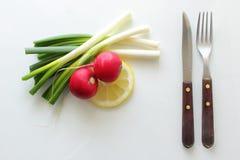 Wiosny warzywo z flatware Zdjęcie Royalty Free