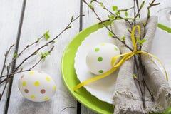 Wiosny wielkanocy stołu położenie przy białym drewnianym stołem Zdjęcie Royalty Free