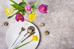 Wiosny wielkanocy stołu położenie z kwiatami i jajkami obrazy royalty free