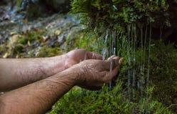Wiosny woda, fount ręki, tarczy woda zdjęcie royalty free