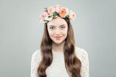 Wiosny Wzorcowa kobieta z Błyszczącym Kędzierzawym włosy, Naturalnym Makeup i oferta kwiatami, zdjęcia stock