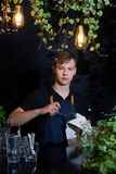 Кафе предпосылки черноты wipe fouger рисбермы кельнера бармена молодое стеклянное выходит электрофонари выравнивая светлый дизайн стоковое фото rf