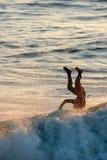 Wipe-out que practica surf Imagen de archivo