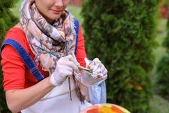 Wipes девушки чистят щеткой и кладут в банк, смотря изображение которые стоят Стоковые Изображения RF
