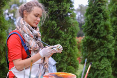 Wipes девушки чистят щеткой и кладут в банк, смотря изображение которые стоят Стоковая Фотография RF