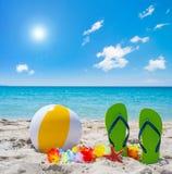 Wipschakelaars en strandbal onder een glanzende zon royalty-vrije stock foto's