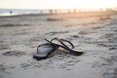 Wipschakelaars op strand met zandige strandzonsondergang en oceaanoverzees stock foto's