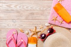 Wipschakelaars, strohoed, zeester, zonneschermfles, de nevel van de lichaamslotion op houten hoogste mening als achtergrond vlak  royalty-vrije stock afbeelding