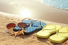 Wipschakelaars, zonnebril en zeesterren Stock Foto's
