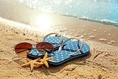 Wipschakelaars, zonnebril en zeesterren Stock Foto