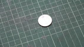 Wir 5 baht Tajlandzki pieniądze na zielonej rozcięcie przerwie w odwrotności moneta i talerzu zdjęcie wideo