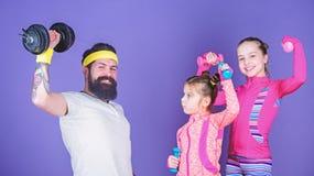 Wir ?ben jeden Tag aus Vater und T?chter im Sportunterricht Gl?ckliches Familientraining im Sportunterricht Vater und Kinder, die lizenzfreie stockfotografie