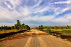 Żwir drogowa przepustka zielony pole Zdjęcie Stock