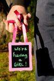 Wir haben ein Mädchen - Mitteilungsmitteilung für die Erwartung ein neues Stockfotos