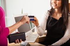 Wir nehmen alle Kreditkarten im Geschäft Lizenzfreie Stockfotografie