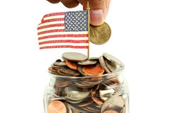 Wir oder amerikanische Flagge wellenartig bewegend mit Geld oder Münze Stockfotos