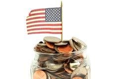 Wir oder amerikanische Flagge wellenartig bewegend mit Geld oder Münze Lizenzfreie Stockbilder