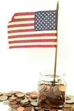 Wir oder amerikanische Flagge wellenartig bewegend mit Geld oder Münze Lizenzfreies Stockfoto