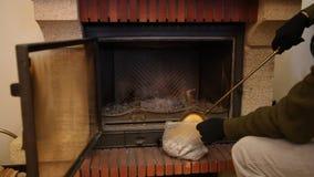 Wir säubern Kamin von der Asche mit Messingschaufel stock footage