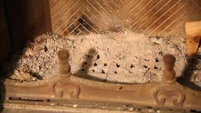 Wir s?ubern Kamin von der Asche mit Messingschaufel stock footage