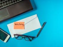 Wir stellen an, um Mitteilung im Buchstaben auf dem blauen Hintergrund zu sein stockfoto