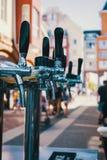 Wir treffen die oktoberfest Hand des Barmixers ein großes Lager-Bier im Hahn gießend Strömendes Bier für Kunden Seitenansicht des lizenzfreie stockfotos