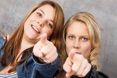 Wir wünschen Sie - die Mädchen, die auf Sie zeigen! Stockbilder