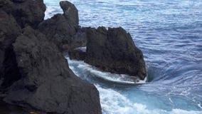 Wir w super zwolnionym tempie z powulkanicznymi skałami zbiory