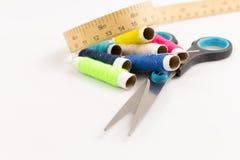 Wirbeln mit scissor und messendes Band auf Weiß lizenzfreies stockbild
