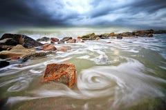 Wirbelnde Welle Teluk Ketapang am Strand Stockbilder
