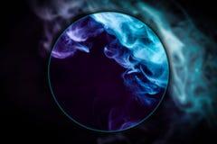 Wirbelnder Rauch der Nahaufnahme durchgebrannt unter einer Lupe stockbild
