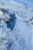 Wirbelnder Schnee treibt in Perthshire während eines klaren Wintertages Stockfotos