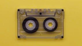 Wirbelndes Band der Retro- Musikvertrags-Kassette, als ob spielend stock video