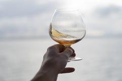 Wirbelndes Brandy Snifter-Glas Stockbild