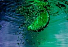 Wirbelndes Wasser des blauen Grüns Stockfotos