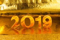2019 wird im Goldfarbplatz im goldenen Hintergrund gemacht stockbild
