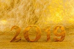 2019 wird im Goldfarbplatz im goldenen Hintergrund gemacht lizenzfreies stockbild
