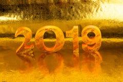2019 wird im Goldfarbplatz im goldenen Hintergrund gemacht stockfotografie