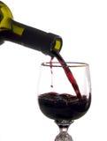 Wird in Rotwein des Weinglases gegossen Stockbilder