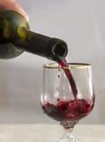Wird in Rotwein des Weinglases gegossen Lizenzfreie Stockfotos