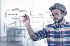 Wireframe del desarrollo del sitio web del dibujo del diseñador web Imagen de archivo