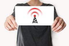wireless tarjeta que muestra femenina Imagen de archivo libre de regalías
