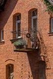 Wirht della costruzione di mattone un vecchio balcone d'acciaio fotografia stock