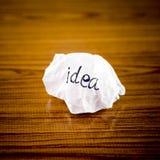 Wiriting-Ideenwort auf zerknittert Stockfoto