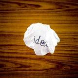 Wiriting-Ideenwort auf zerknittert Lizenzfreies Stockbild