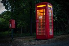 Wirklich britisches Telefon und Briefkasten Lizenzfreie Stockbilder