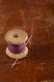 Wirkliche alte Spulen löffeln Schritte mit Nadel und Muffe auf altem woode Stockfoto